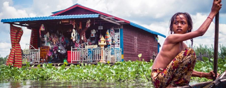 au-cambodge-chenda-13-ans-regagne-sa-maison-flottante-sur-le-tonle-sap-un-gigantesque-lac-qui-depend-des-humeurs-du-mekong